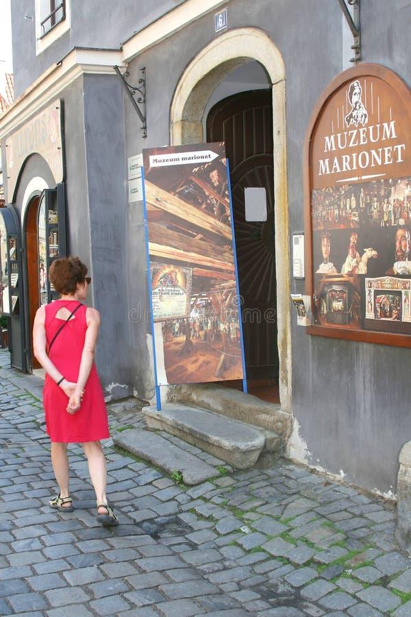 Kvinnor på dockamuseet i Cesky Krumlov arkivfoton