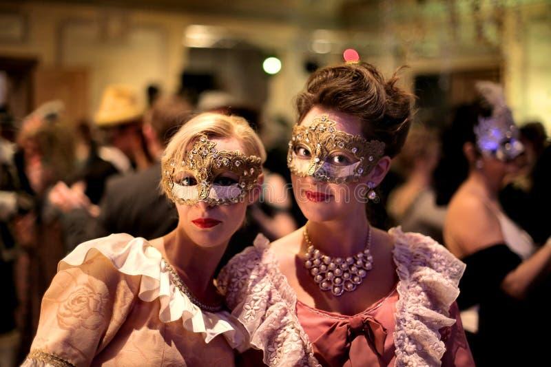 Kvinnor på ett karnevalparti royaltyfri foto