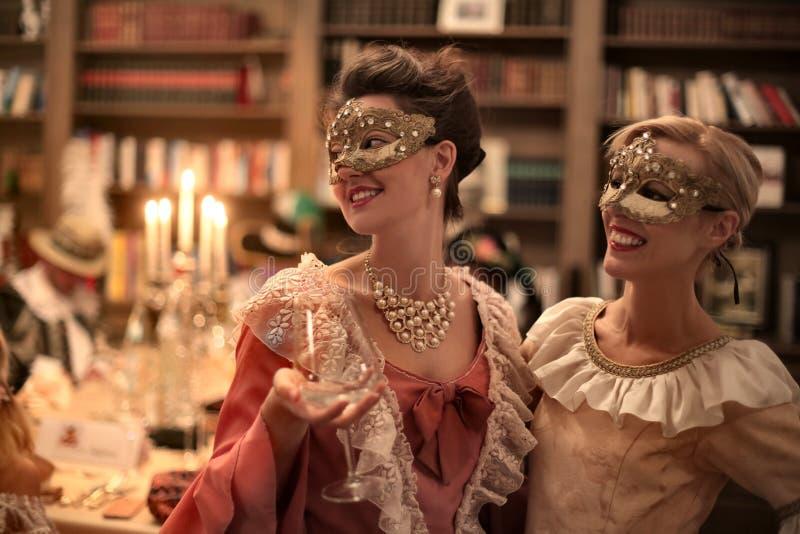 Kvinnor på ett parti royaltyfria bilder