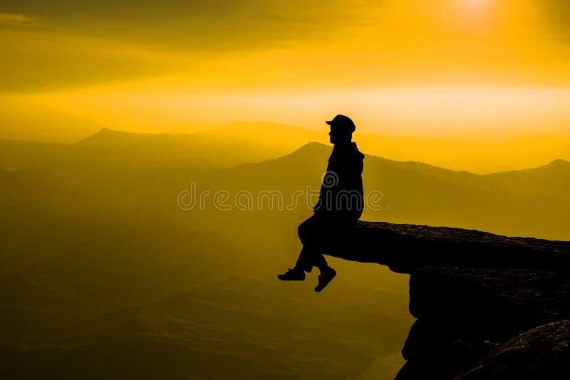 Kvinnor på hopphimmel på solnedgångbegreppet för livprestationer royaltyfri bild