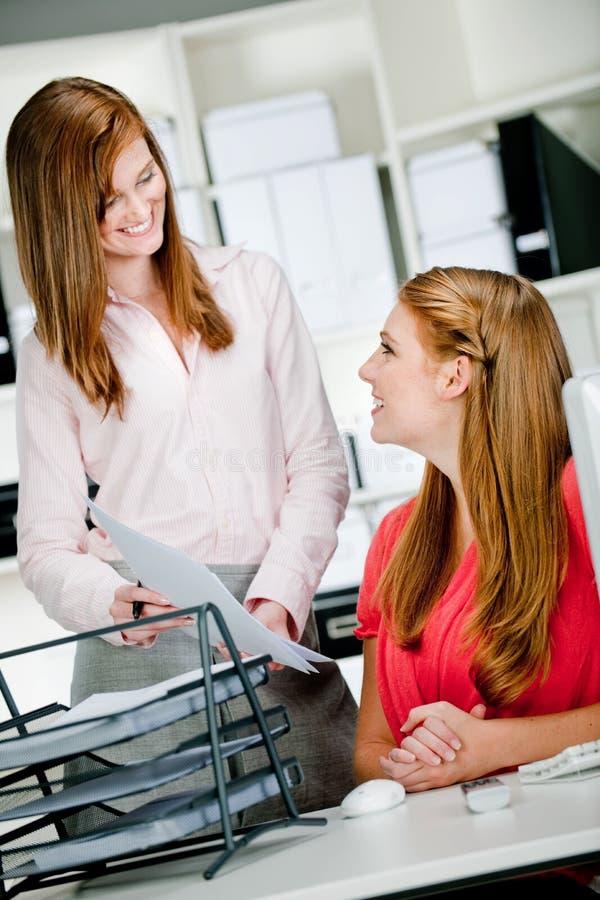 Kvinnor på kontorsskrivbordet arkivfoto