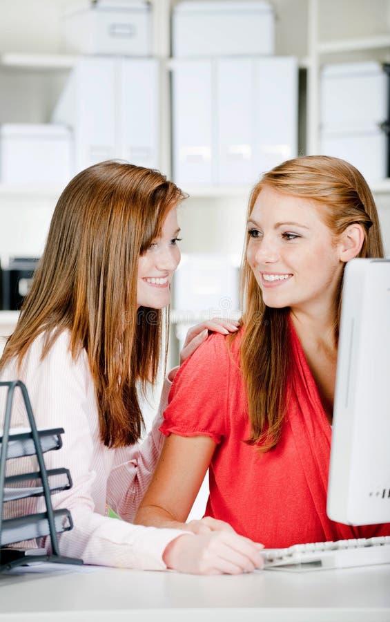 Kvinnor på kontorsskrivbordet royaltyfri fotografi