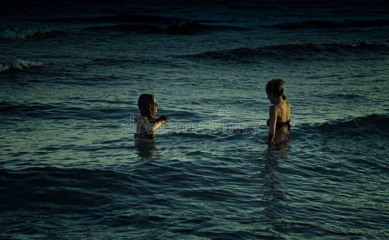 Kvinnor på natten i havet fotografering för bildbyråer