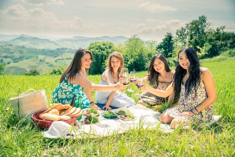 Kvinnor på picknicken fotografering för bildbyråer