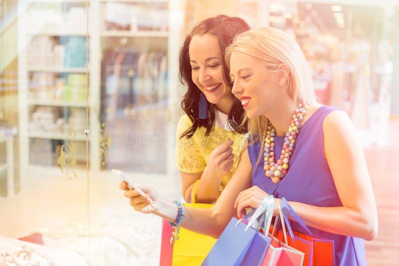 Kvinnor på shoppinggallerian som tar bilden arkivfoton