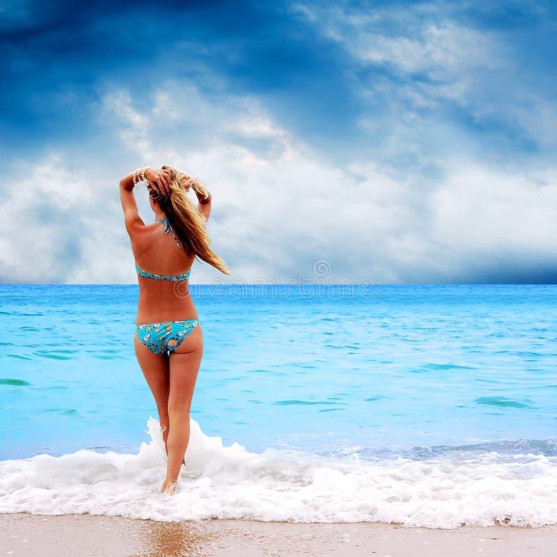 Kvinnor på stranden arkivbild