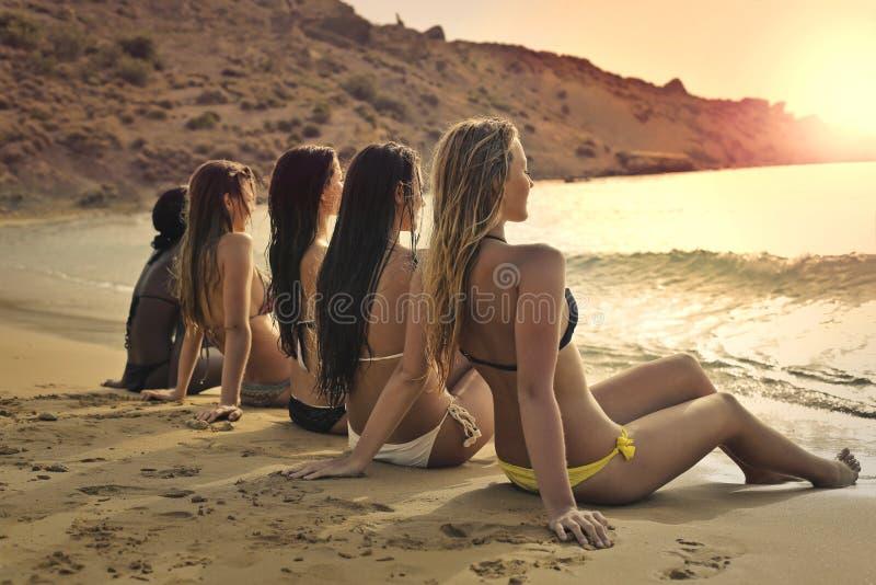 Kvinnor på stranden arkivfoto