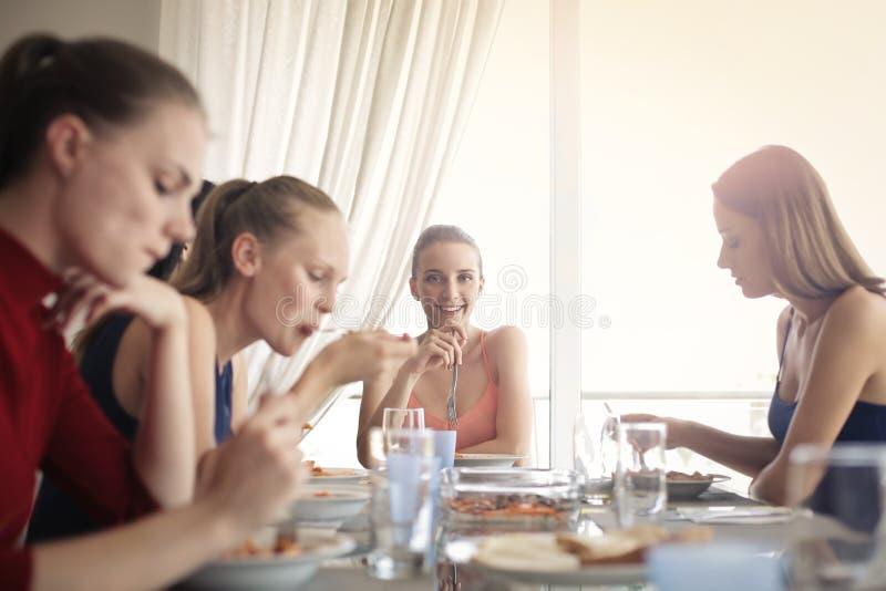 Kvinnor på tabellen arkivbild