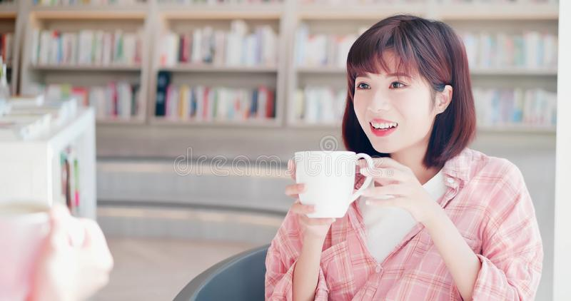 Kvinnor pratar och tycker om kaffe royaltyfri foto