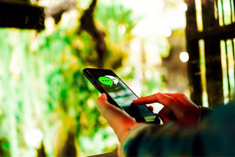 Kvinnor räcker genom att använda smartphonemaskinskrivning som pratar royaltyfria bilder