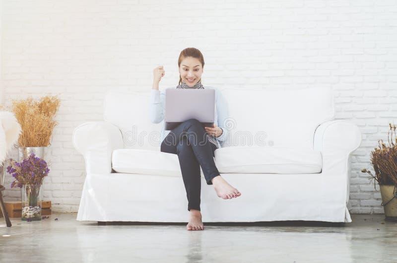 Kvinnor ?r funktionsdugliga och lyckliga arkivfoton