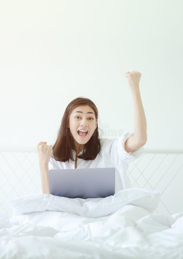 Kvinnor ?r funktionsdugliga och lyckliga arkivfoto