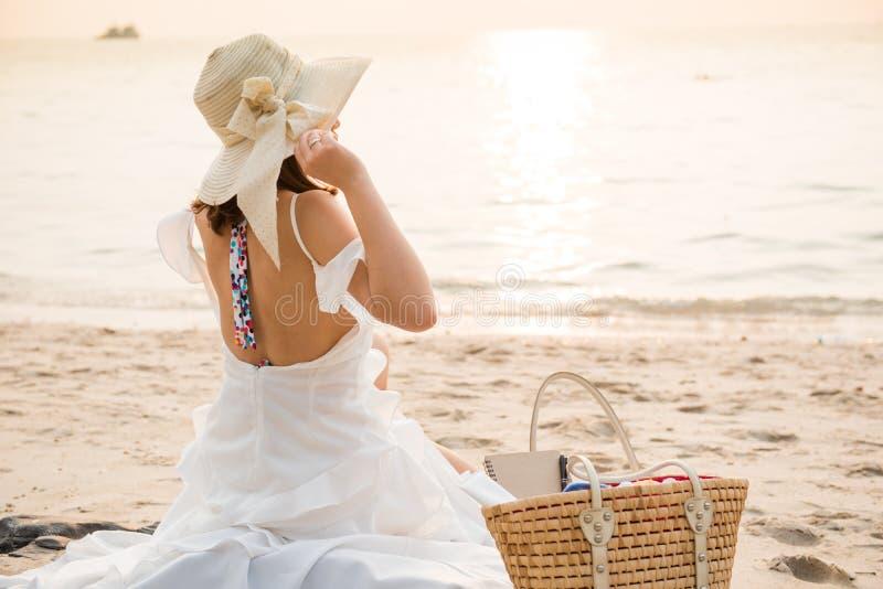 Kvinnor reser på stranden på sommar royaltyfria foton