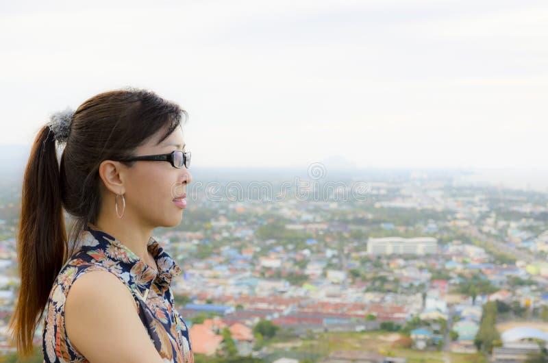 Kvinnor ser en sikt av staden från på höjdpunkt. royaltyfri fotografi
