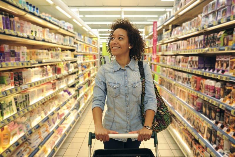 Kvinnor shopping, supermarket, shoppingvagn, detaljhandel, livsmedelsbutikpikstav royaltyfria foton