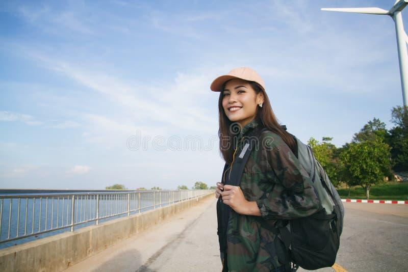 Kvinnor som är asiatiska med den ljusa ryggsäcken för den turist- handelsresanden arkivbild