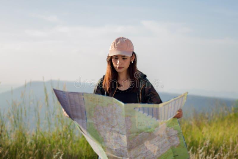 Kvinnor som är asiatiska med den ljusa ryggsäcken som ser en översikt Sikt från bac royaltyfri fotografi