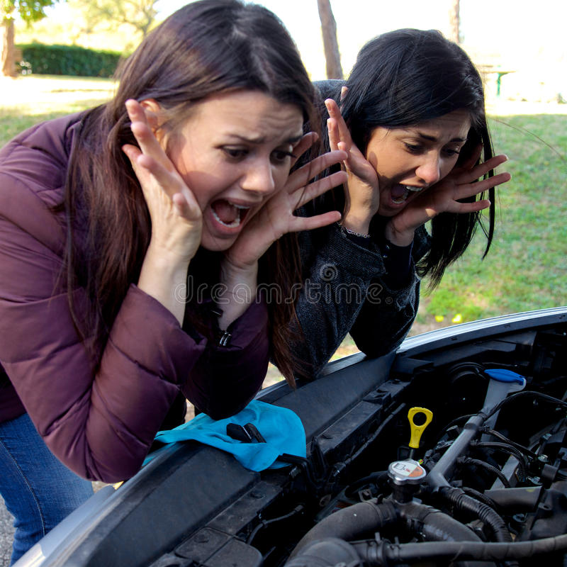 Kvinnor som är desperata om brutet skrika för bil fotografering för bildbyråer