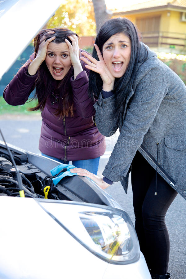 Kvinnor som är desperata om skrikig lodlinje för bruten bil royaltyfria foton