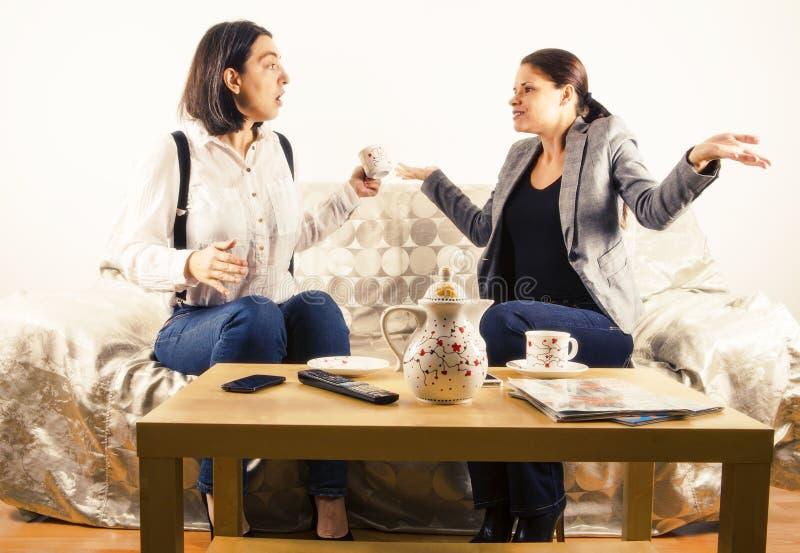 Kvinnor som är förlovade i konversation royaltyfria bilder