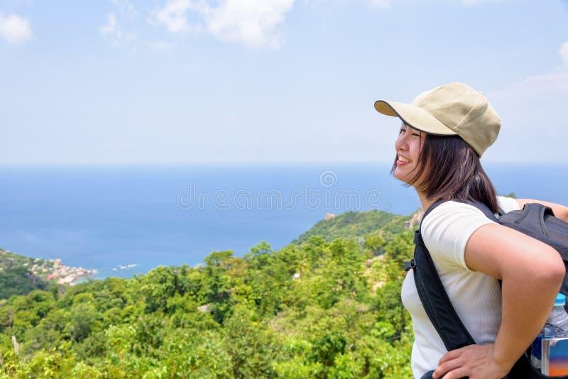 Kvinnor som är turist- på synvinkel på Koh Tao royaltyfri fotografi