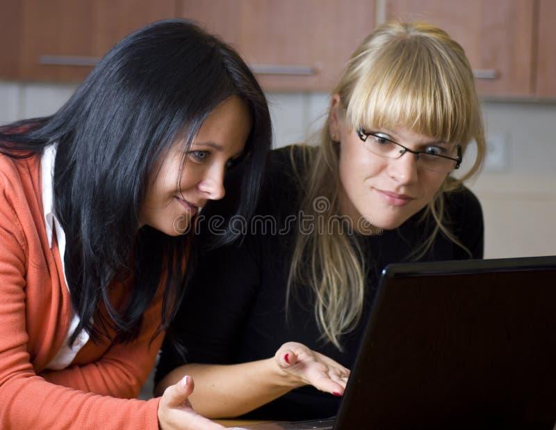 Kvinnor som använder bärbar datordatoren royaltyfri foto