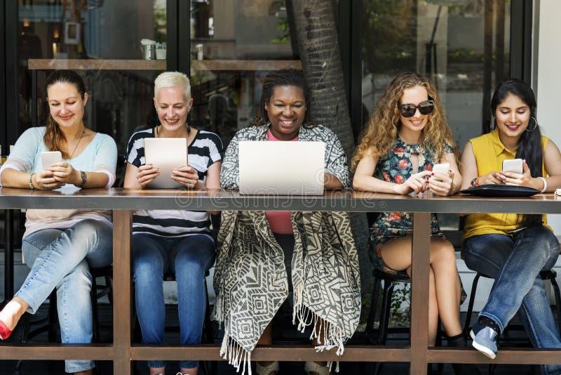 Kvinnor som använder Digital apparatbegrepp arkivbilder
