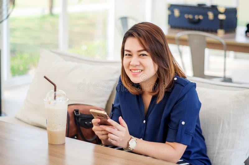 Kvinnor som använder en smartphone royaltyfri bild