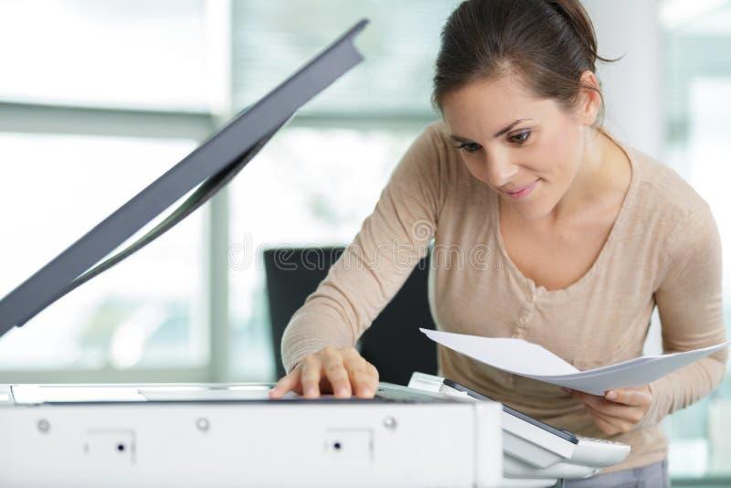 Kvinnor som använder kopieringsmaskin royaltyfria foton