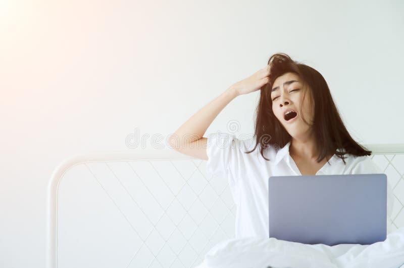Kvinnor som arbetar den sömniga datoren royaltyfri fotografi