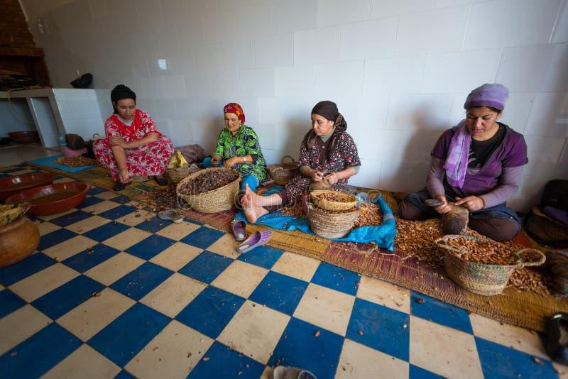 Kvinnor som arbetar i ett kooperativ för tillverkningen av arganen fr arkivfoton