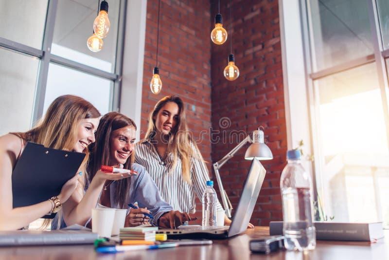 Kvinnor som arbetar på bärbara datorn som diskuterar gemensamt affärsprojekt arkivbilder