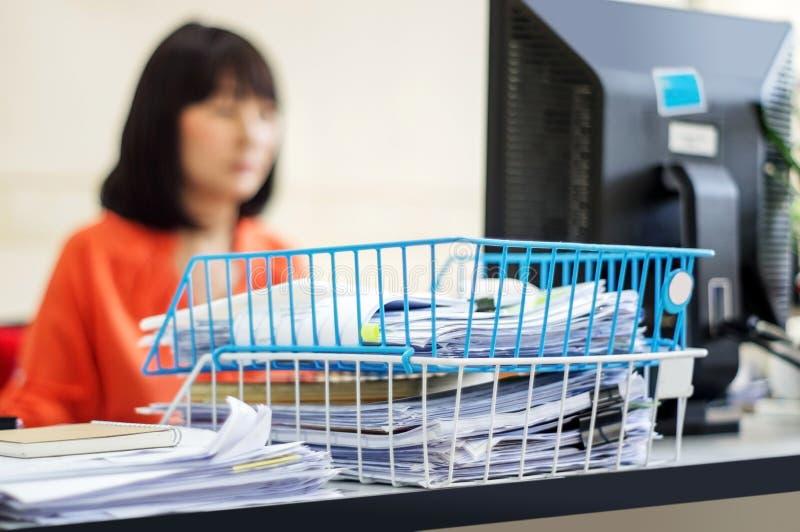 Kvinnor som arbetar på datoren arkivfoto