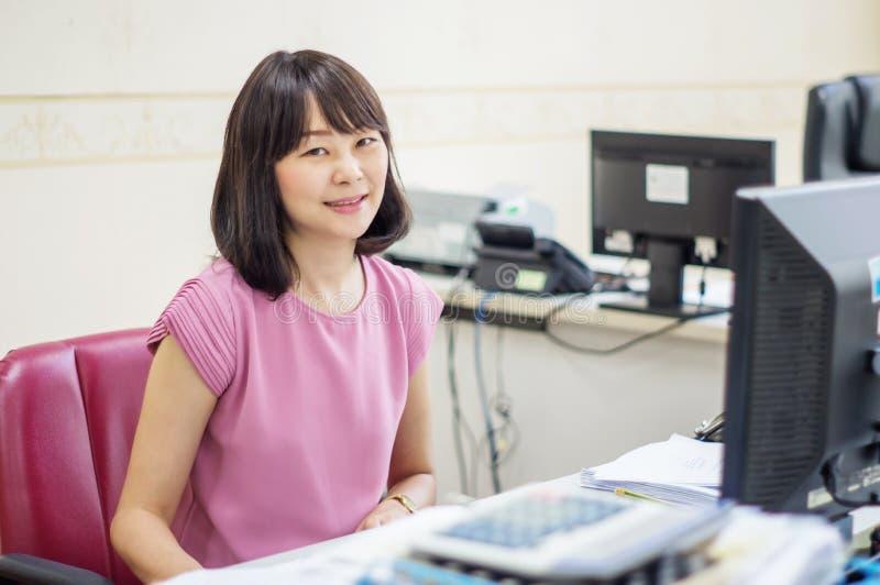Kvinnor som arbetar på datoren royaltyfria foton