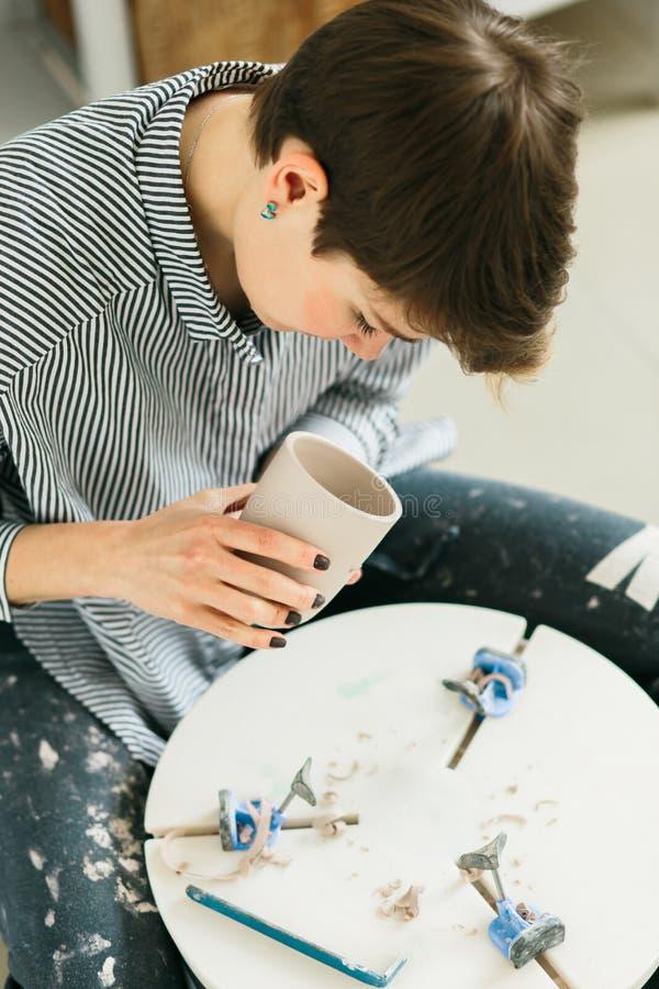 Kvinnor som in arbetar p? keramikers hjul studion royaltyfria foton