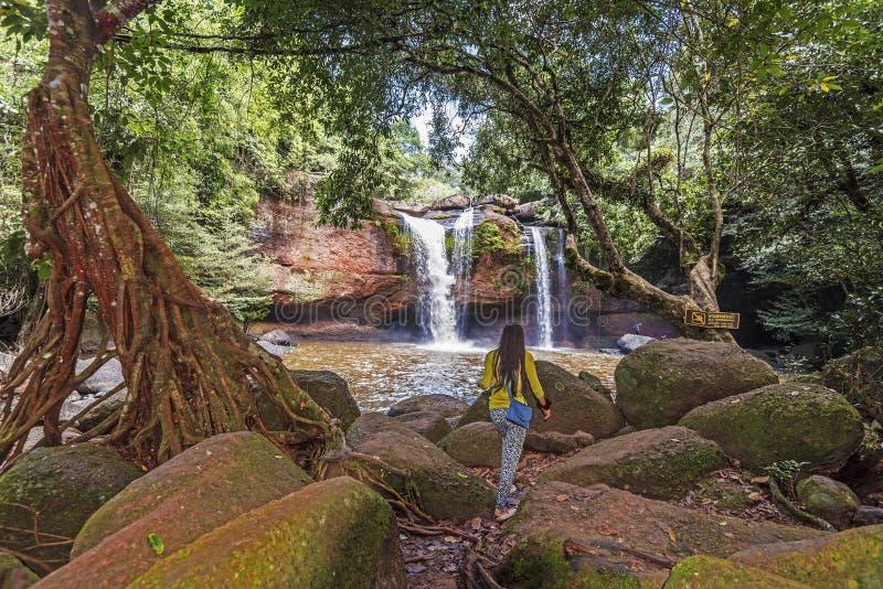 Kvinnor som att närma sig den Haew Suwat vattenfallet arkivfoton