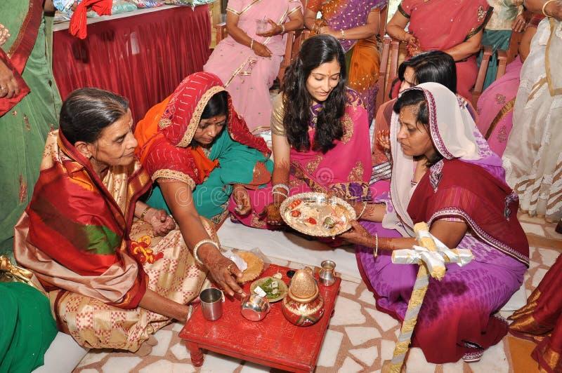 Kvinnor som bär den traditionella indiern, utrustar under bröllopritualer