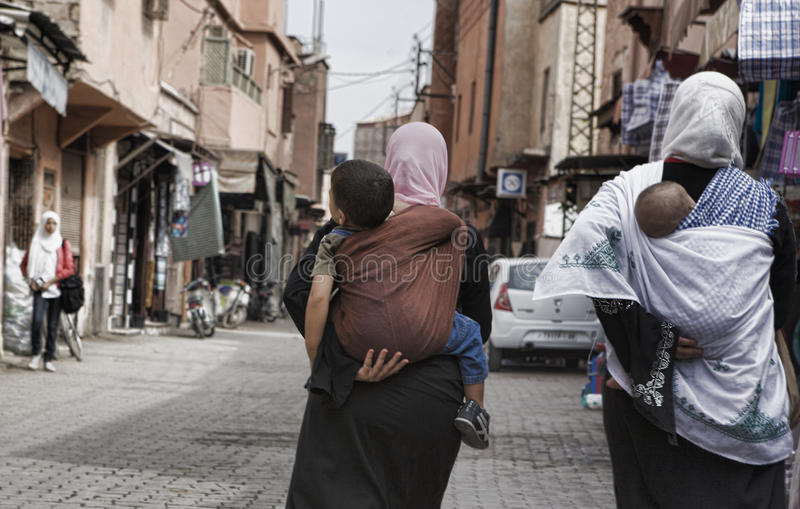 Kvinnor som bär deras barn royaltyfri foto