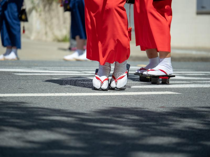 Kvinnor som bär geta-skodon som promenerar gatorna arkivbild