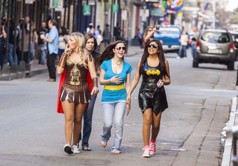 Kvinnor som bär roliga dräkter som firar den berömda Mardi Gras karnevalet på gatan i fransk fjärdedel royaltyfri fotografi