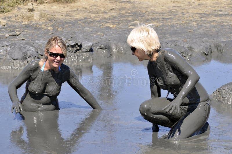 Kvinnor som badar i mud arkivfoto