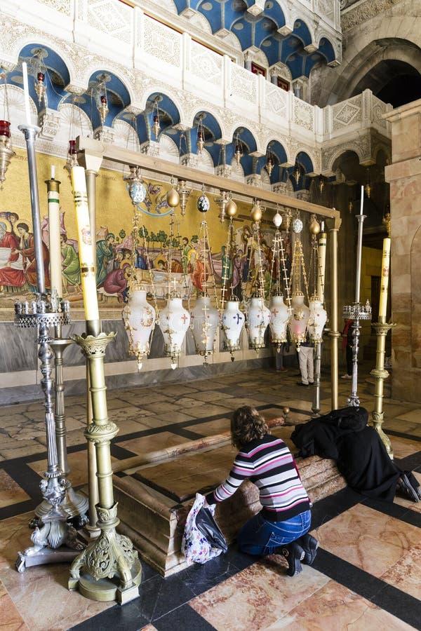 Kvinnor som ber på deras knä nära stenen av Anointing Israel royaltyfria foton