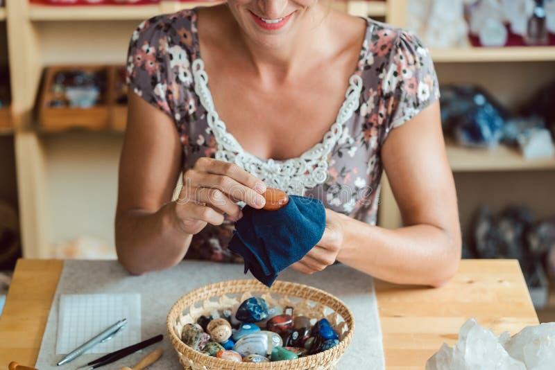 Kvinnor som dammar sina mineraler arkivbilder