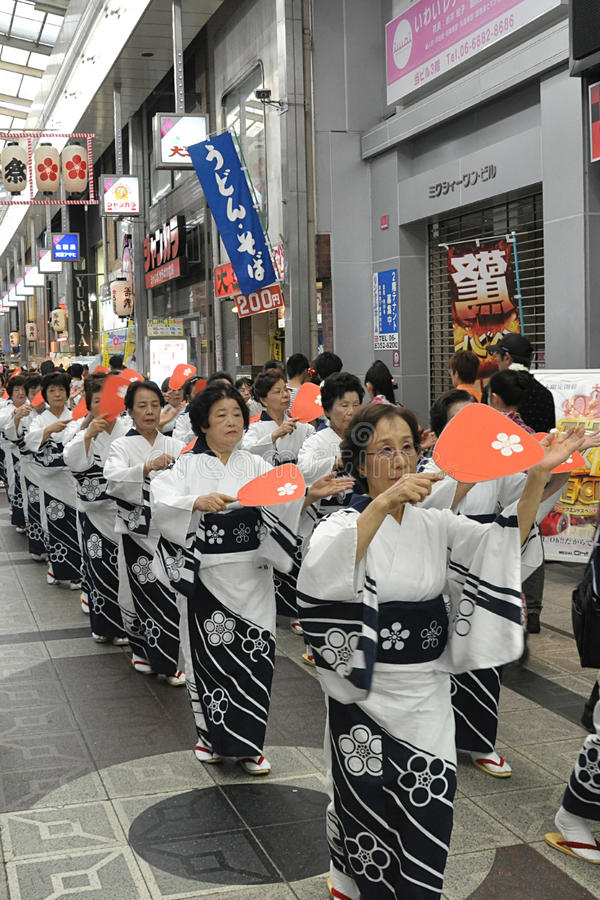 Kvinnor som dansar i japanska festivaler royaltyfri bild