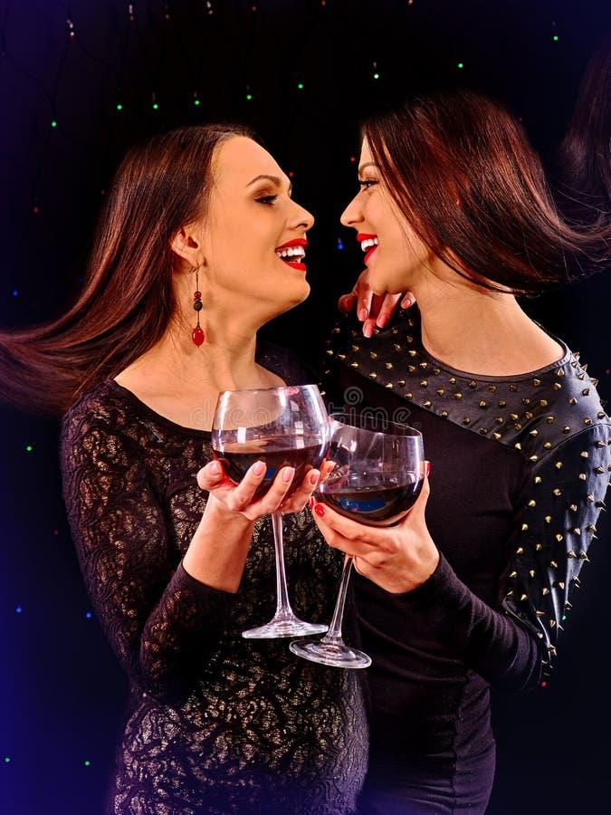 Kvinnor som dricker rött vin och dansar på nattklubb arkivfoto