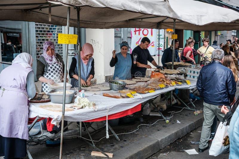 Kvinnor som förbereder mat på gatamarknad på den mest myfest arbets- dagen, ståtar på 1 mai Berlin, Kreuzberg royaltyfri foto