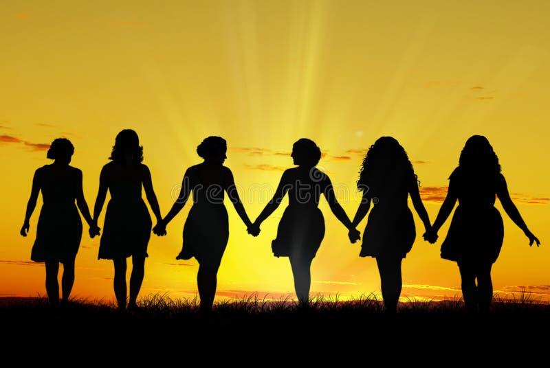 Kvinnor som går handen - in - hand royaltyfria bilder