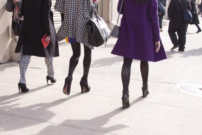 Kvinnor som går i staden royaltyfri bild