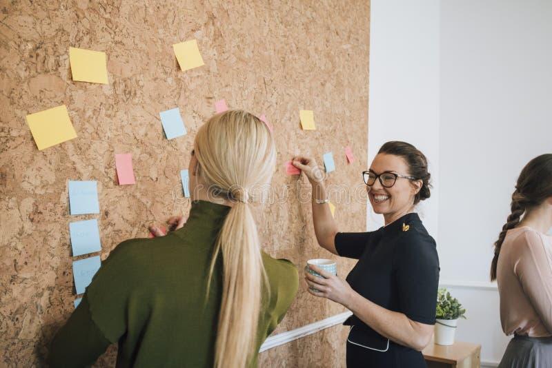 Kvinnor som gör affärsanmärkningar arkivfoto