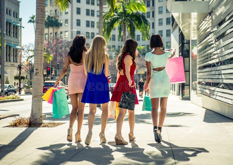 Kvinnor som gör shopping i Beverly Hills royaltyfria foton
